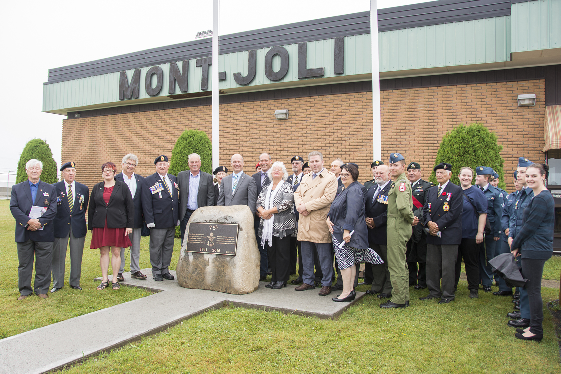 A bronze plaque commemorating No. 9 Bombing and Gunnery School was unveiled just outside the entrance to Mont-Joli, Québec, Regional Airport, during a dedication ceremony held on August 22, 2016. PHOTO: Jean-Pierre Bonin
