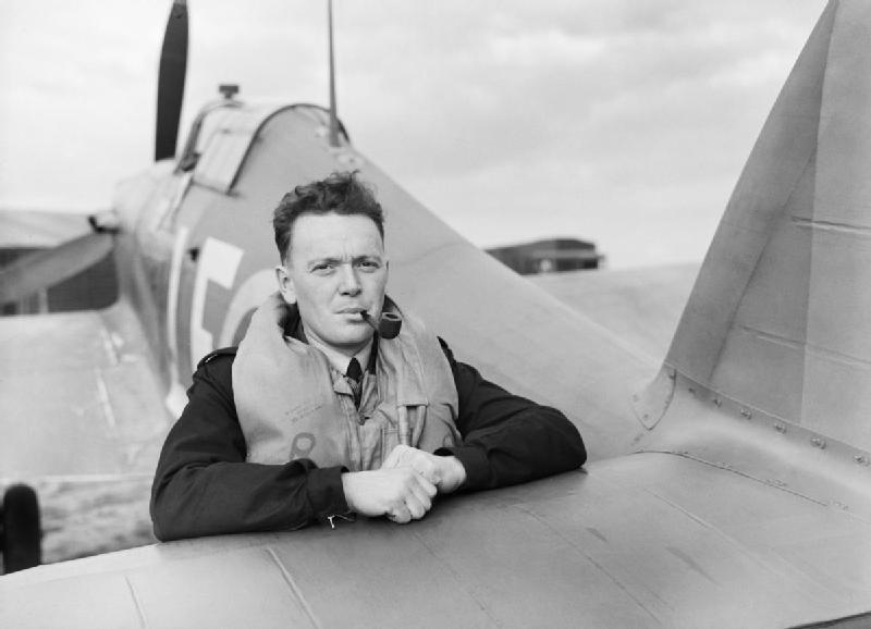 Le capitaine d'aviation Stan Turner, du 424e Escadron, photographié en 1942, s'appuie sur la queue de son Hawker Hurricane Mark 1 après son atterrissage à Fowlmere, dans le Cambridgeshire. PHOTO : © Imperial War Museum, CH 1376