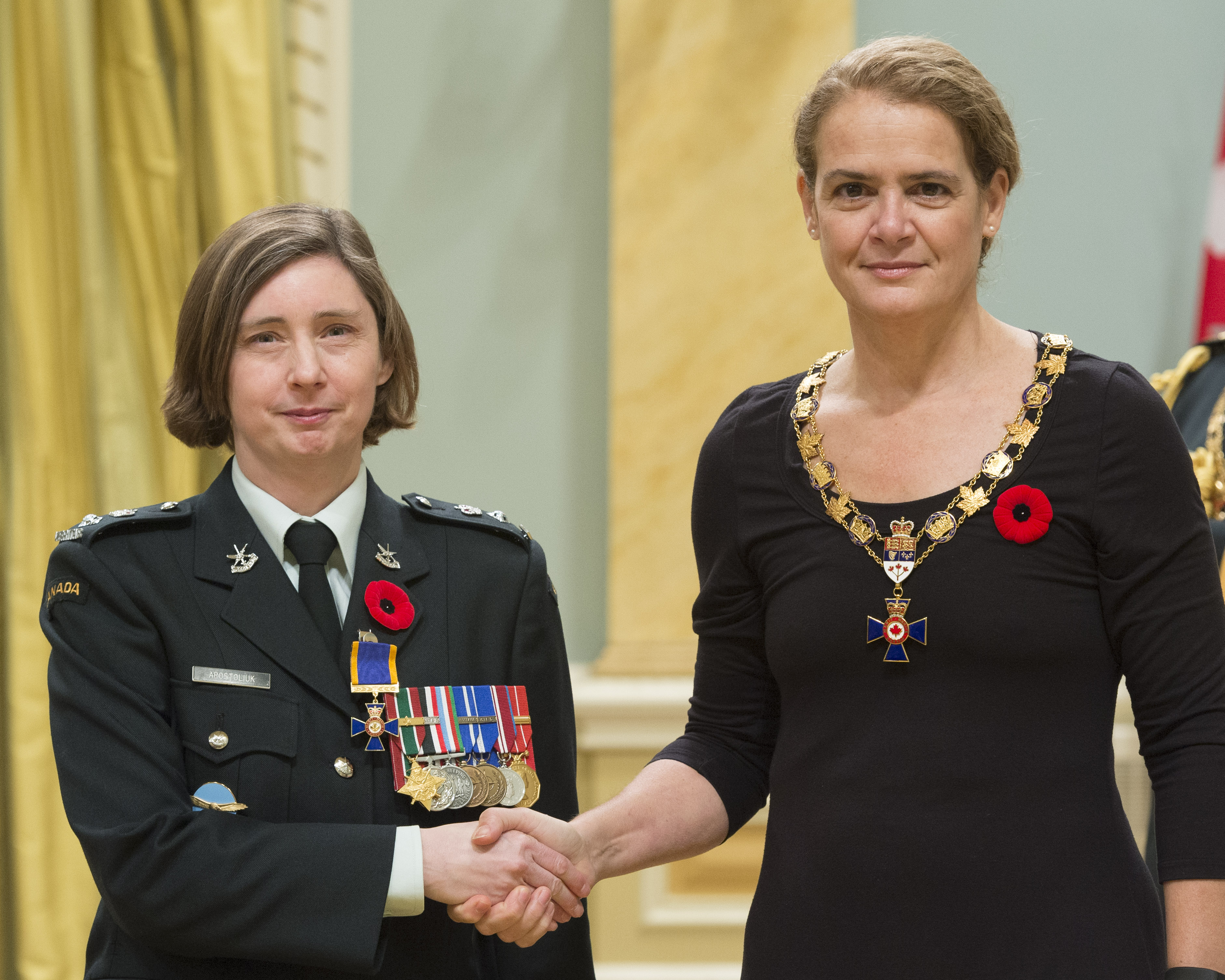 Governor General and Commander-in-Chief of Canada Julie Payette inducts Lieutenant-Colonel Holly Apostoliuk into the Order of Military Merit at Rideau Hall on November 10, 2017. Lieutenant-Colonel Apostoliuk is senior public affairs officer for the Royal Canadian Air Force. PHOTO: Sergeant Johanie Maheu, Rideau Hall © OSGG, GG05-2017-0395-018