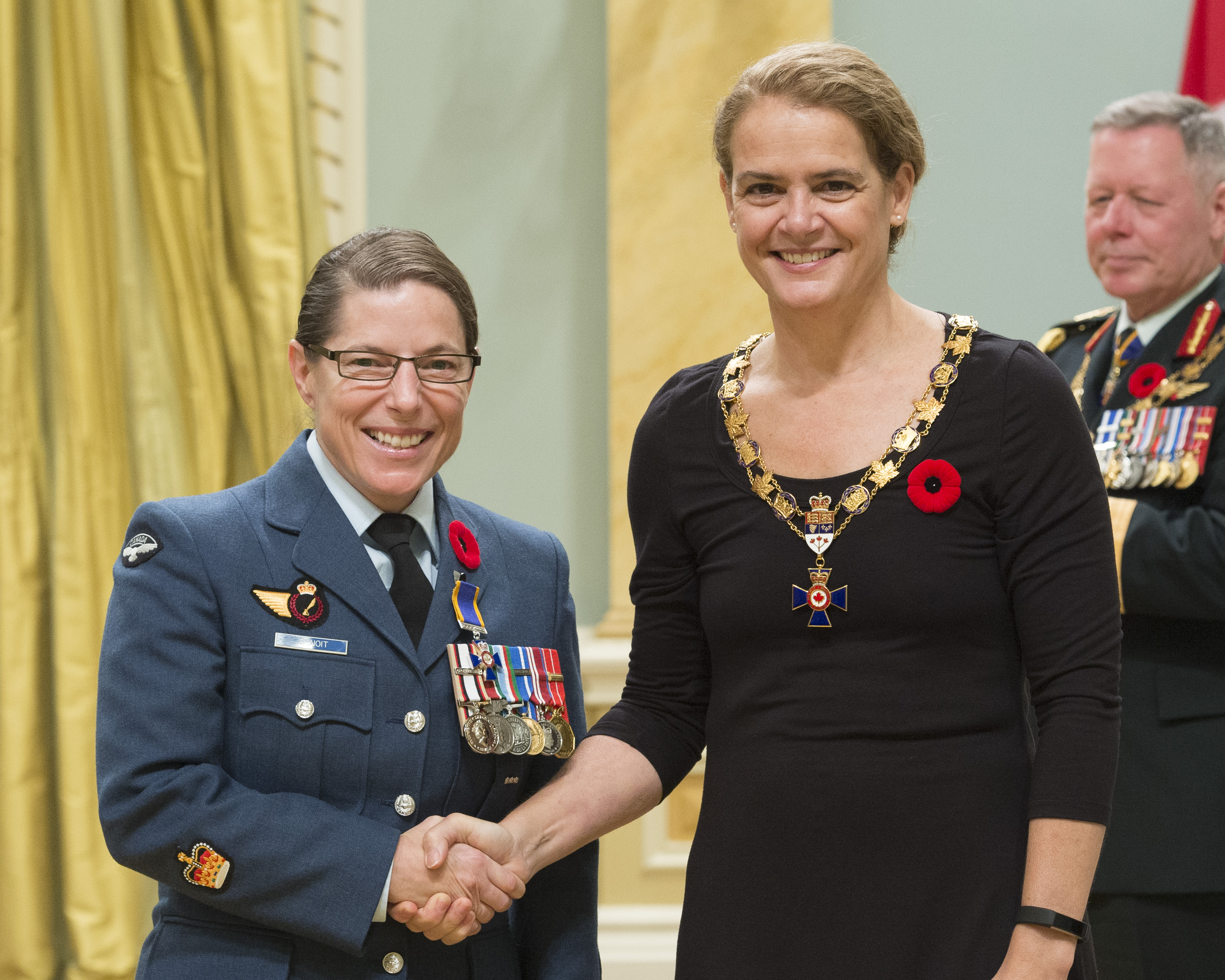 Governor General and Commander-in-Chief of Canada Julie Payette inducts Warrant Officer Vickie Lucie Benoit, Canadian Forces Military Police Group Headquarters, Ottawa, Ontario, into the Order of Military Merit at Rideau Hall on November 10, 2017. PHOTO: Sergeant Johanie Maheu, Rideau Hall © OSGG, GG05-2017-0395-028