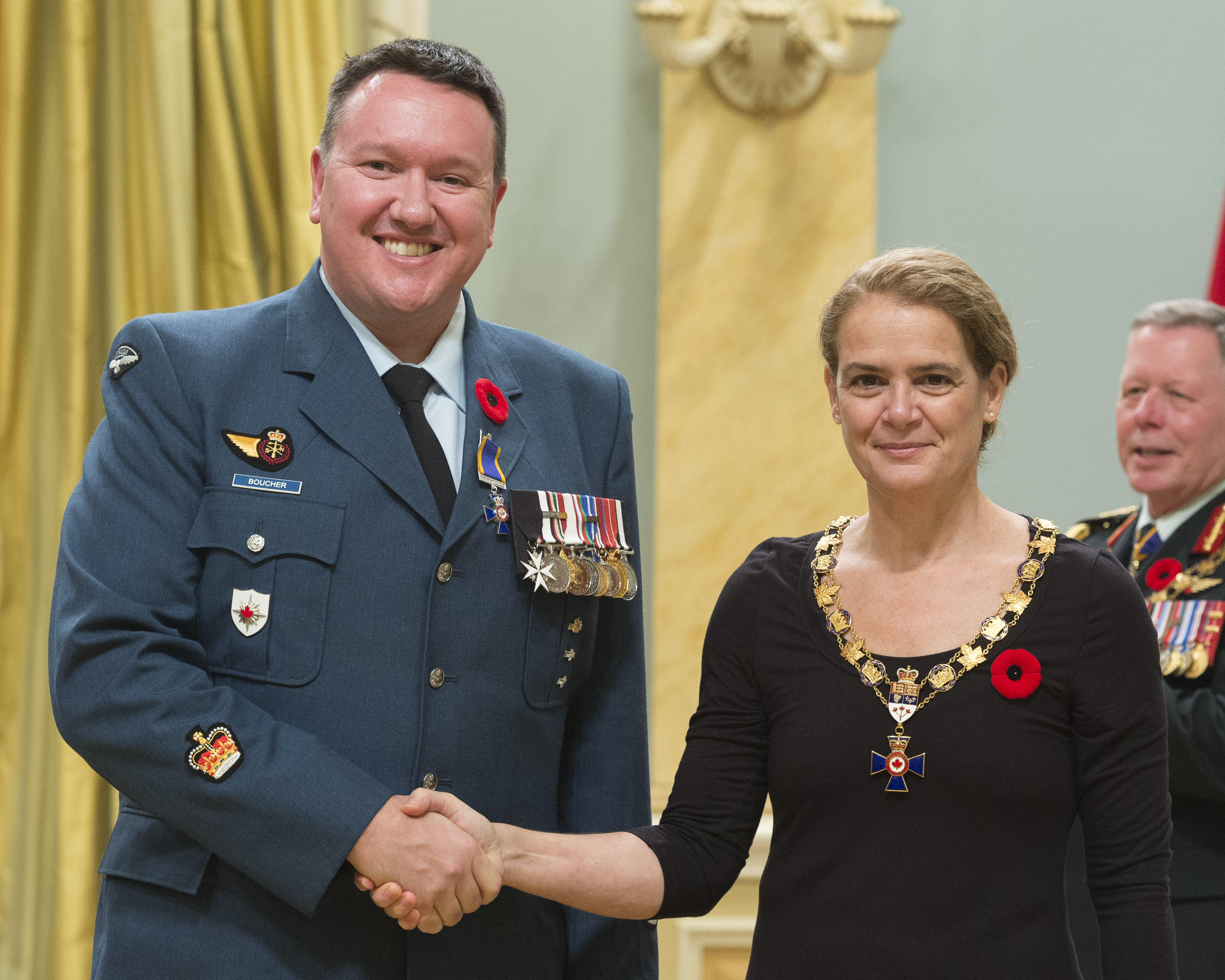 Governor General and Commander-in-Chief of Canada Julie Payette inducts Warrant Officer Marc Joseph Luc Boucher, Canadian Forces Intelligence Command Headquarters, Ottawa, Ontario, into the Order of Military Merit at Rideau Hall on November 10, 2017. PHOTO: Sergeant Johanie Maheu, Rideau Hall © OSGG, GG05-2017-0395-032