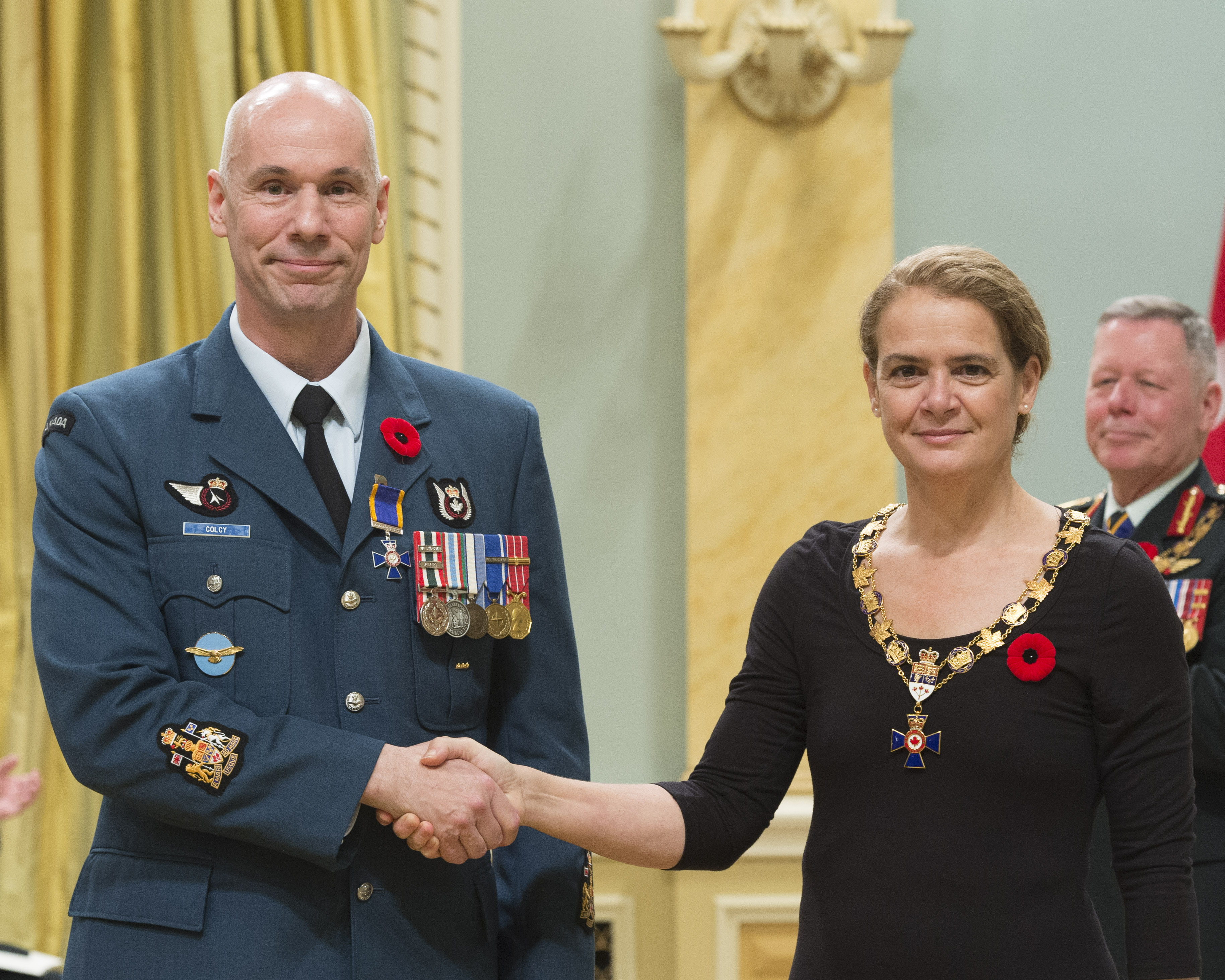 Governor General and Commander-in-Chief of Canada Julie Payette inducts Chief Warrant Officer Kevin Denis Colcy, 443 Maritime Helicopter Squadron, Victoria, British Columbia, into the Order of Military Merit at Rideau Hall on November 10, 2017. PHOTO: Sergeant Johanie Maheu, Rideau Hall © OSGG, GG05-2017-0395-034