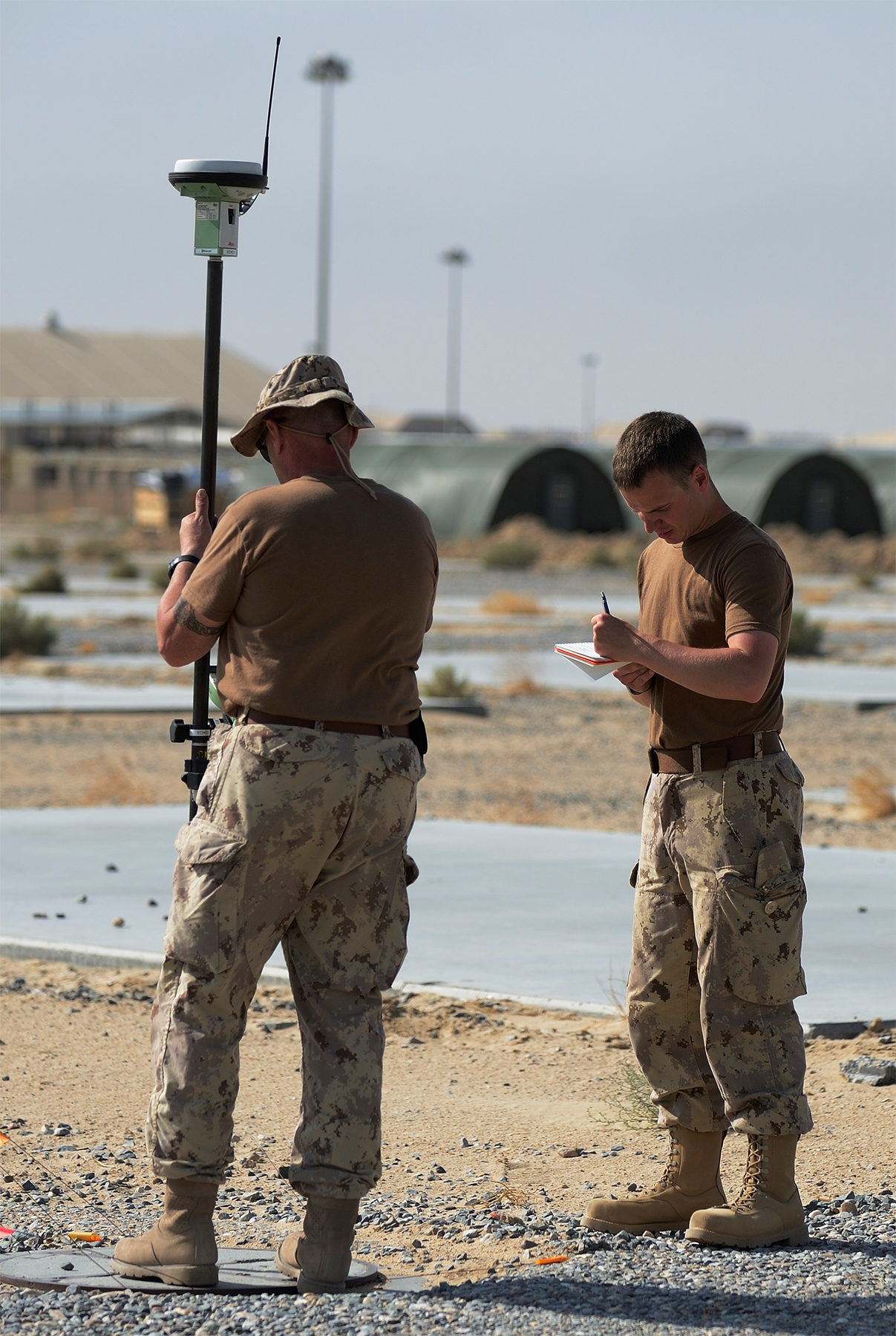 Canadian Armed Forces drafting and survey technicians use new and highly accurate survey technology in Kuwait. PHOTO: DND, IS2014-7523-01