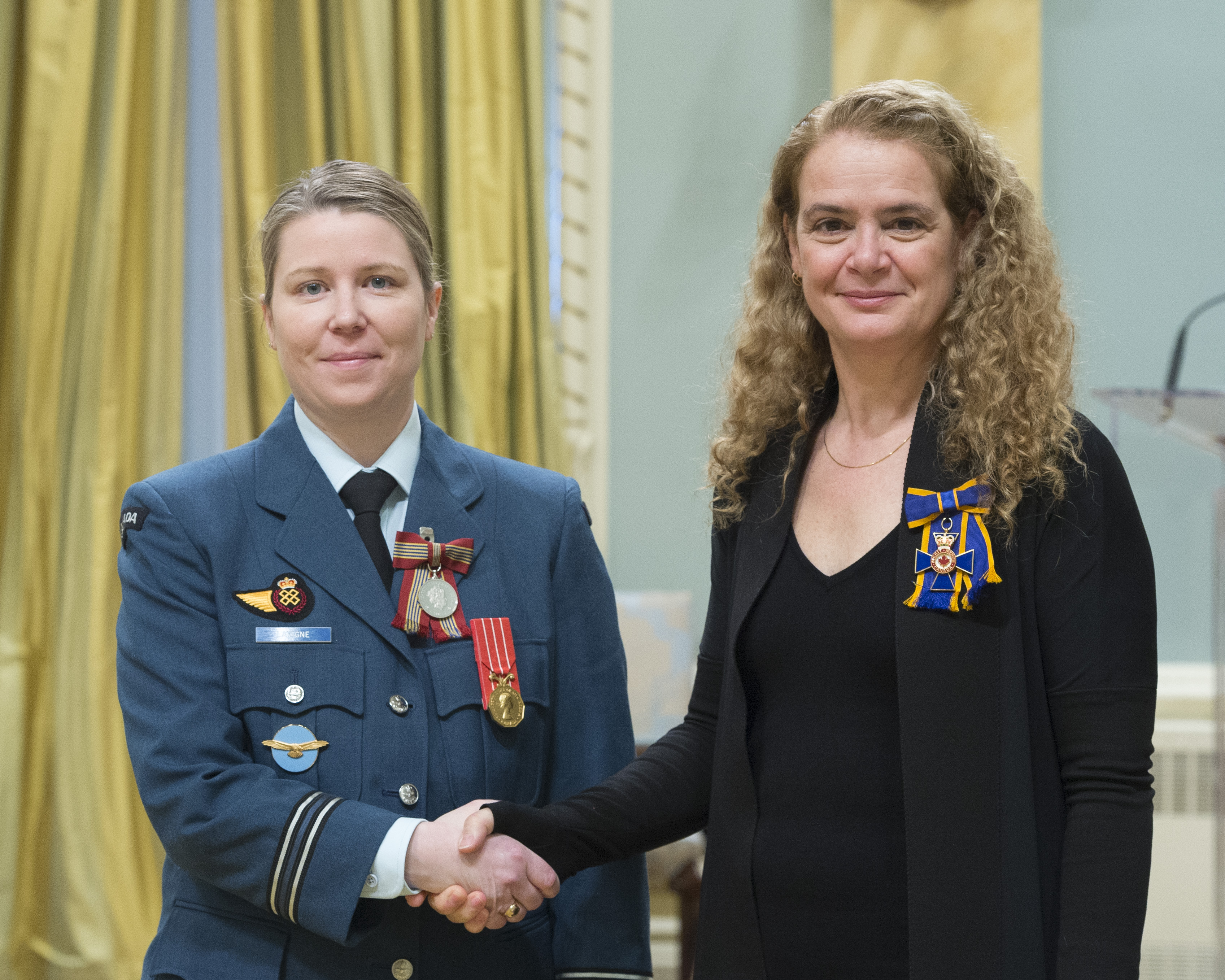 Captain Brenna Lavigne receives the Sovereign's Medal for Volunteers from Governor General and Commander-in-Chief of Canada Julie Payette on February 28, 2018. PHOTO: Sergeant Johanie Maheu, GG05-2018-0066-061