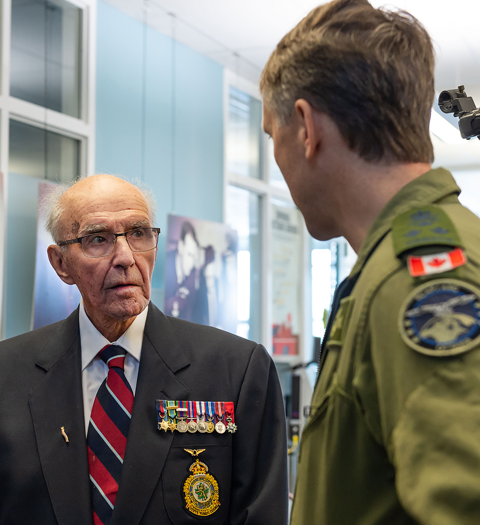 Flight Lieutenant (retired) Stuart Vallières talks about his Second World War service with Lieutenant-General Al Meinzinger, commander of the Royal Canadian Air Force, on May 15, 2019, at the National Air Force Museum of Canada in Trenton, Ontario. PHOTO: Corporal Ken Beliwicz, TN12-2019-001-002