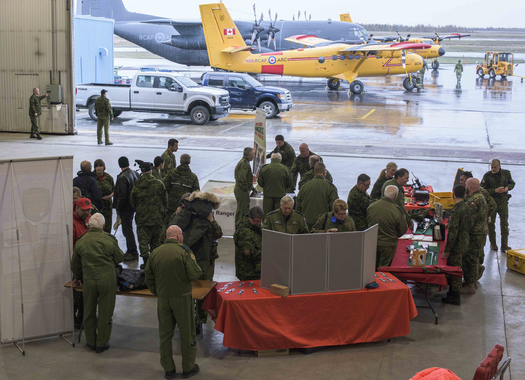 Participants in the honorary colonels conference hosted by Joint Task Force (North) on May 29, 2019, in Yellowknife, Northwest Territories, check out an equipment display by 1st Canadian Ranger Patrol Group. PHOTO : Captain Soomin Kim