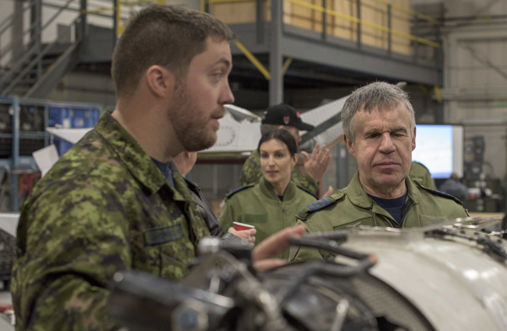 Corporal Ben Sheppard (left) talks about the motor of the CC-138 Twin Otter aircraft with Honorary Colonel Terry Kelly during  the honorary colonels conference hosted by Joint Task Force (North) on May 29, 2019, in Yellowknife, Northwest Territories. PHOTO : Captain Soomin Kim