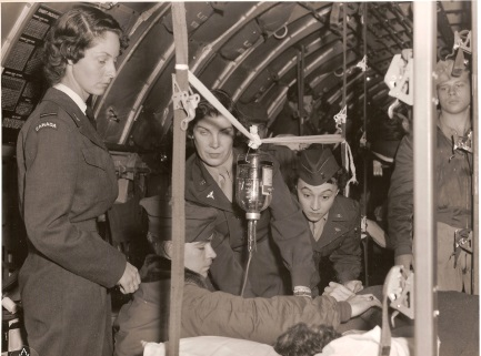 Royal Canadian Air Force nurse Flying Officer Joan Drummond (left) and United States Air Force nurses watch medical attendants care for a wounded soldier. An important aspect of the Korean War was the return of Canadian and American wounded, who were cared for by nurses from the Royal Canadian Air Force, the United States Air Force, and the United States Navy. PHOTO: RCAF