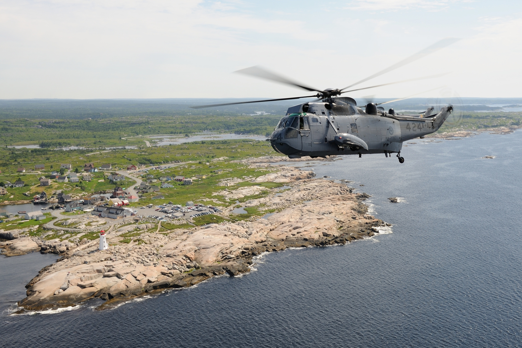 A CH-124 Sea King helicopter performs a flight to mark the 50th anniversary of the helicopter on July 9, 2013, in Shearwater, Nova Scotia. PHOTO: Corporal Nedia Coutinho, SW2013-0255-13