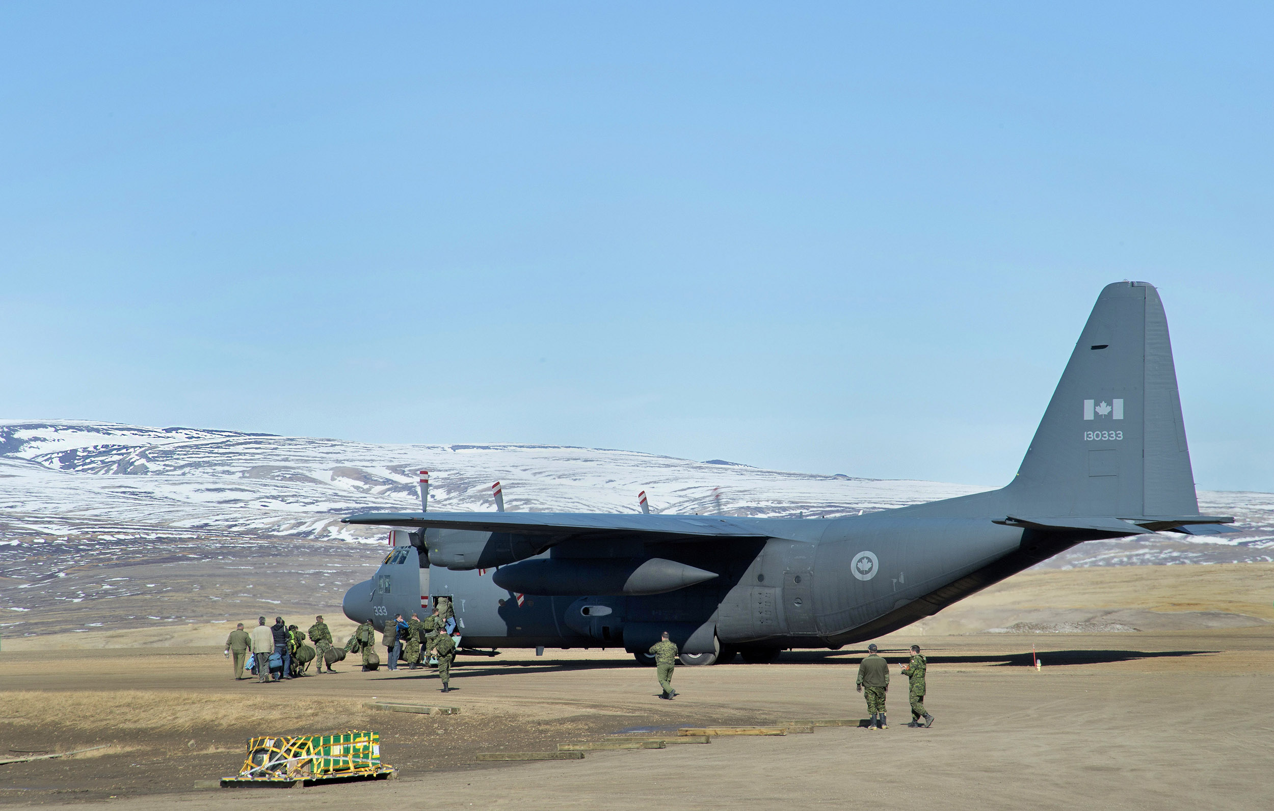 Canadian Armed Forces members board a CC-130 Hercules aircraft from 426 Squadron, at Canadian Forces Station Alert en route to Eureka, Nunavut during Operation Nevus 2016, on June 14, 2016. PHOTO: Petty Officer 2nd Class Belinda Groves, YK-2016-040-002